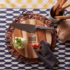 ⠀⠀⠀⠀⠀⠀⠀⠀⠀ Días lluviosos💦nos esperan, pero nosotros no paramos nunca y no vamos a dejar de daros ideas para regalar🕵🕵♀ ⠀⠀⠀⠀⠀⠀⠀⠀⠀ ¿Tu papá es un cocinillas👨🍳? ⠀⠀⠀⠀⠀⠀⠀⠀⠀ Pues regalale este cuchillo de Taramundi, un fantástico cuchillo cebollero para el chef de la cocina, ideal para picar verdura🍈🥬, fruta🍓🍉, cortar carne🥩... ⠀⠀⠀⠀⠀⠀⠀⠀⠀ Te preguntarás que tiene de especial pues nosotros te lo contamos! 👉Su mango esta elaborado de Papestone, quiero decir que esta fabricado de papel reciclado y resina libre de petróleo,con certificaciones FSC y NSF🙃 ⠀⠀⠀⠀⠀⠀⠀⠀⠀ Dile cuanto lo quieres de una forma especial💚#cocina #cocineros #cocinillas #cuchillerialasburgas #experiencia #calidad #faragulla #knives #exclusive #amodiñolife #chef #chefsofinstagram #chefs #cuchillos #kitchen #cooking #kitchenknife #restaurant #coruñamola #diadelpadre #regalo #diadelpadre2020 #cuchillosartesanales #artesania #taramundi #taramundiknives #cuchillosergo